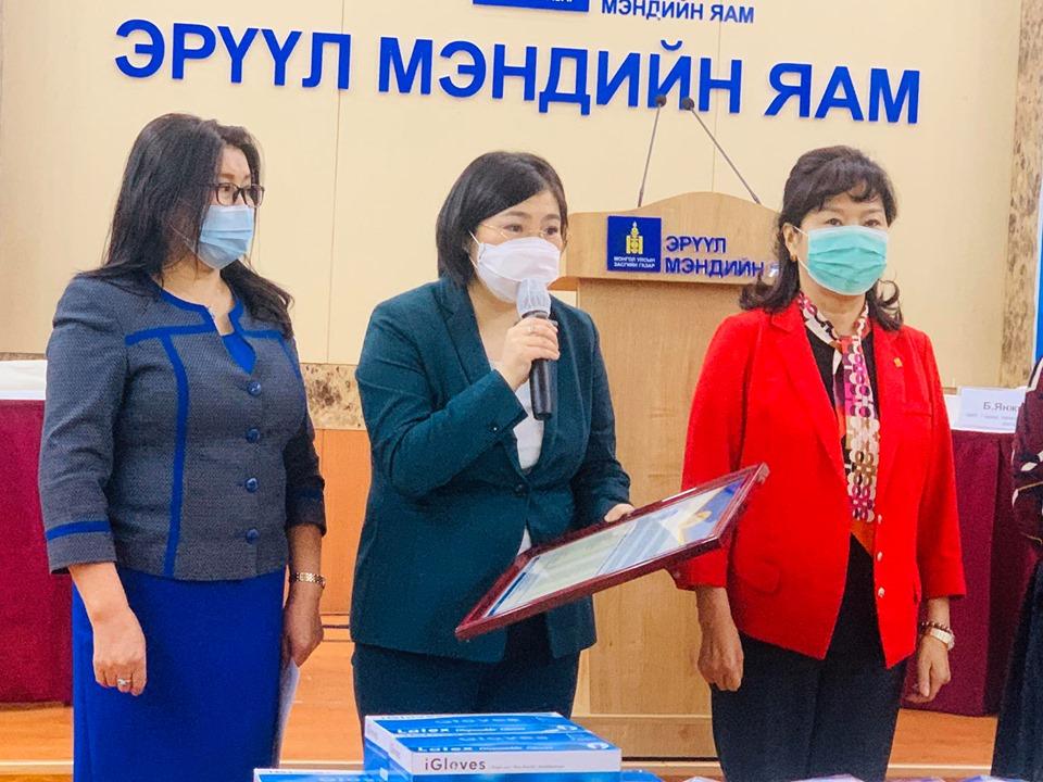 em2 Монголын эрүүл мэндийн ажилтны ҮЭ-ийн холбоо ЭМЯ-нд 25.9 сая төгрөгийн хандив хүлээлгэн өглөө