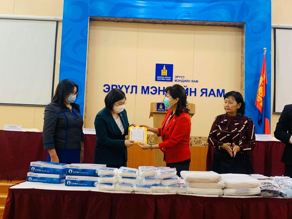 em3 Монголын эрүүл мэндийн ажилтны ҮЭ-ийн холбоо ЭМЯ-нд 25.9 сая төгрөгийн хандив хүлээлгэн өглөө
